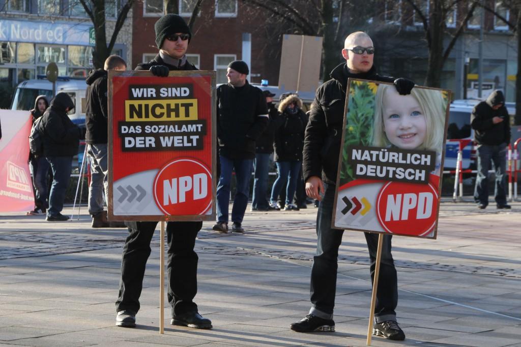 Zwei deutsche Recken mit Sonnenbrillen bei der NPD.