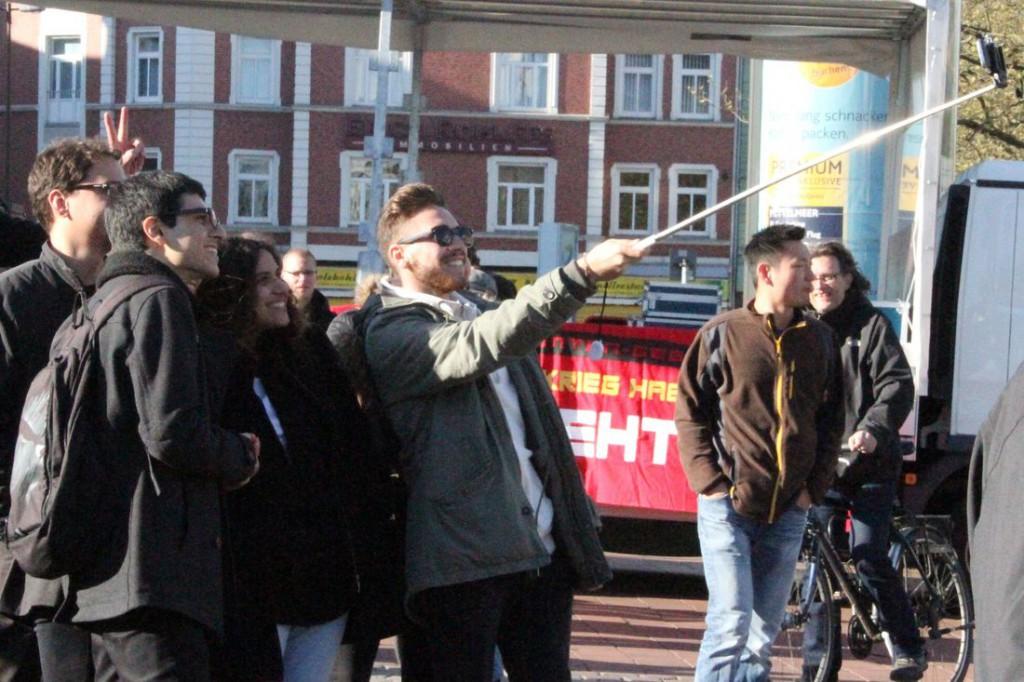 Vor der Demo noch schnell eine Relfie mit dem Selfie-Stick.