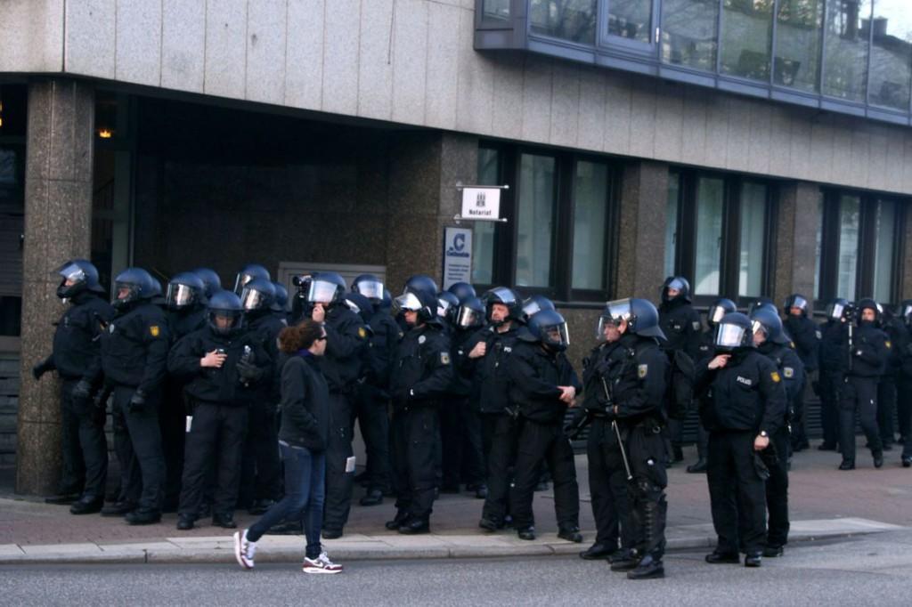 Die Bundespolizei wartet hinter der ersten Hausecke.
