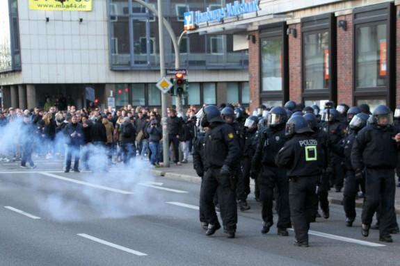Die Demonstranten begrüßen die Polizisten mit Feuerwerkskörpern.