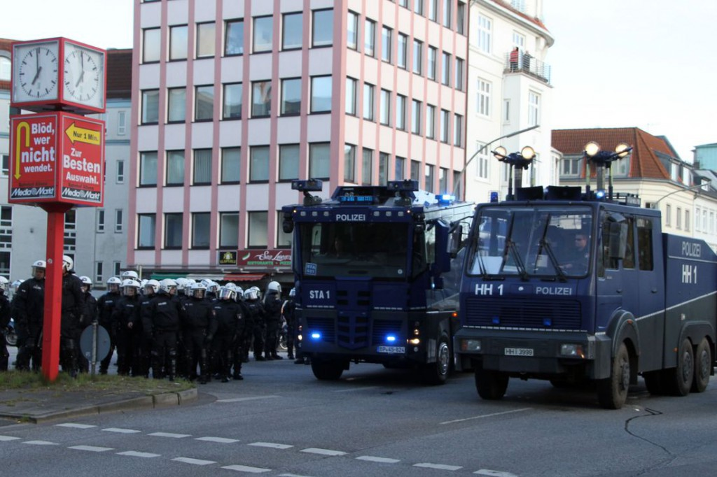 Mit Wasserwerfern wird die Demonstration gestoppt.