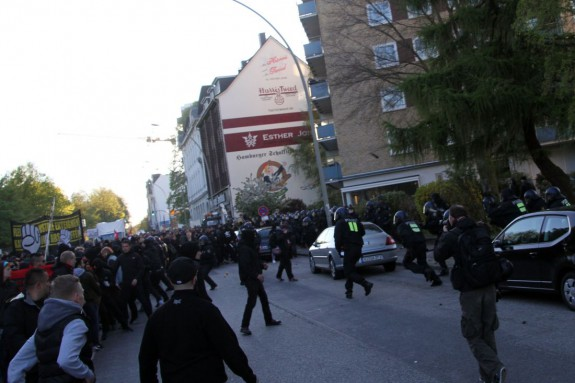 BFE stürmt in die Demonstration.
