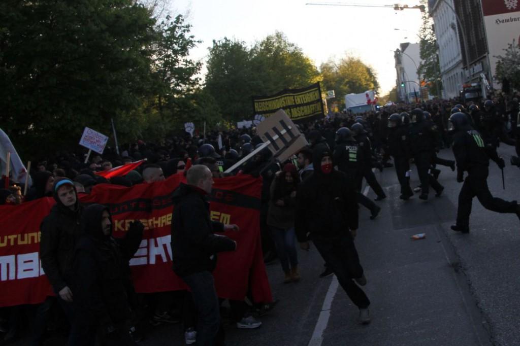 Die Demonstranten weichen zurück.