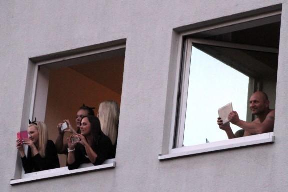 Hamburg-Besucher betrachten die Demonstration aus ihrem Hotel.